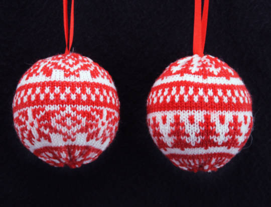 Hanging Knitted Ball Red/White